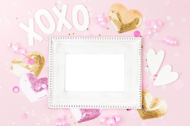 Mockup frame met confetti en decoraties. feestelijk of verjaardagsfeestje... plat lag, bovenaanzicht