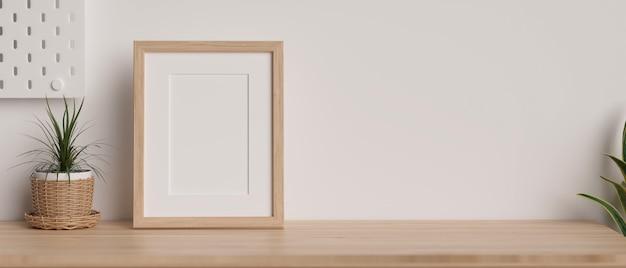 Mockup houten frame met kopieerruimte voor productweergave op houten tafel en wit behang