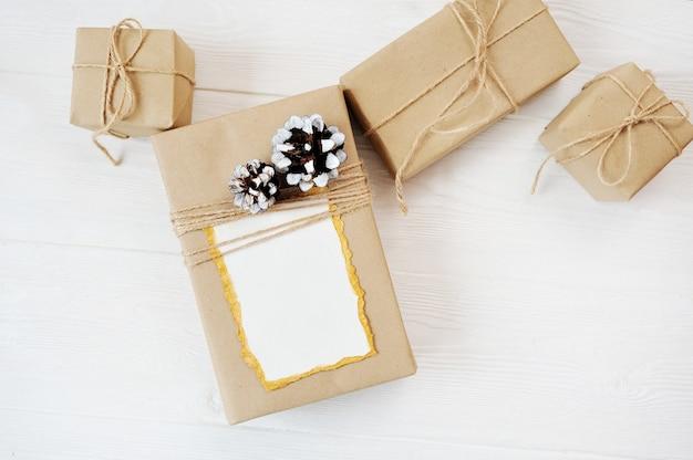Mockup kerst achtergrond van geschenken met plaats voor uw tekst. plat lag, bovenaanzicht fotomodel.
