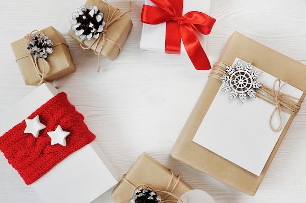 Mockup kerst achtergrond van rode geschenken met copyspace flat lag