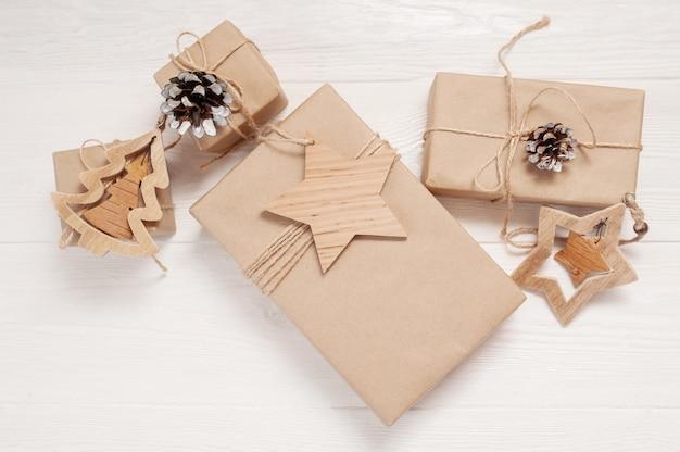 Mockup kerst kraft geschenkdozen met xmas houten speelgoed op houten
