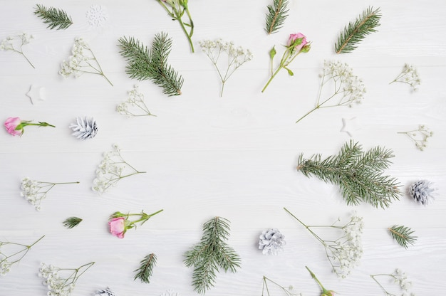 Mockup kerstsamenstelling. kerstbloemen, dennenappels