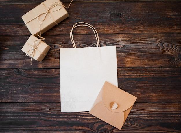 Mockup kraft geschenkdozen met pakket op hout