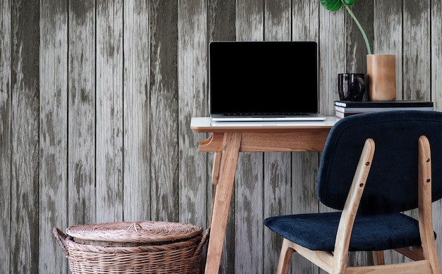 Mockup laptopcomputer met leeg scherm op houten tafel.