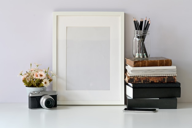 Mockup leeg frame poster op hipster werkruimte