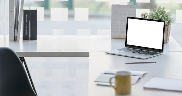 Mockup leeg scherm laptopcomputer op bureau, creatief werkruimteconcept.