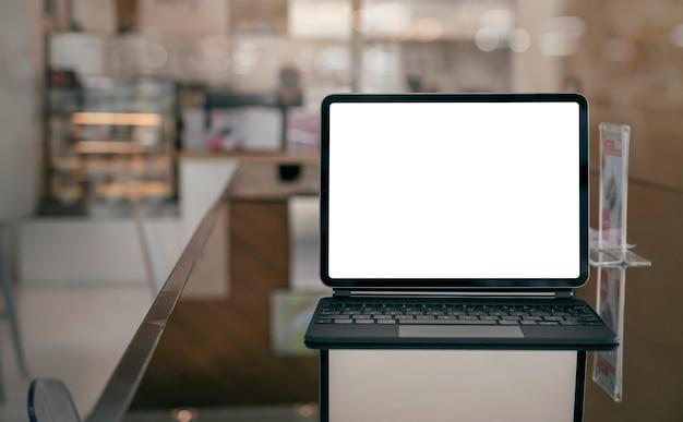 Mockup leeg scherm tablet met magisch toetsenbord op tafel
