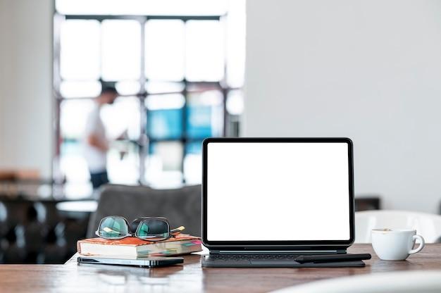 Mockup leeg scherm tablet op houten tafel in café kamer.