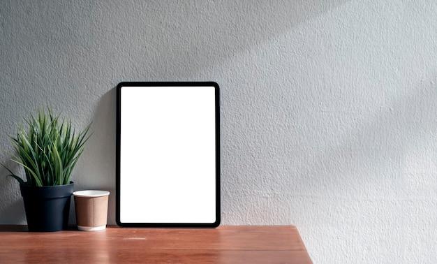 Mockup leeg scherm tablet op houten tafel, kopie ruimte