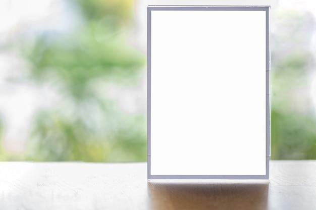 Mockup leeg wit scherm reclamebord met wazige vegetatie achtergrond