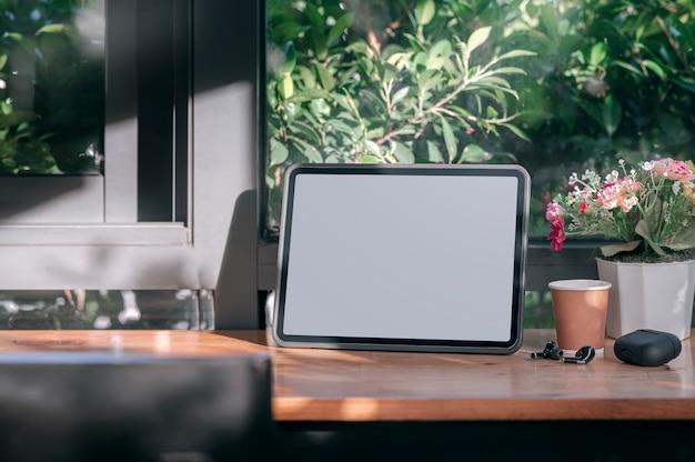 Mockup lege tablet op houten aanrechttafel in café.