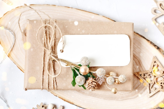 Mockup met ansichtkaart en takken van een kerstboom
