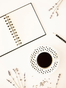 Mockup moderne witte desktop met notebook en kopje koffie
