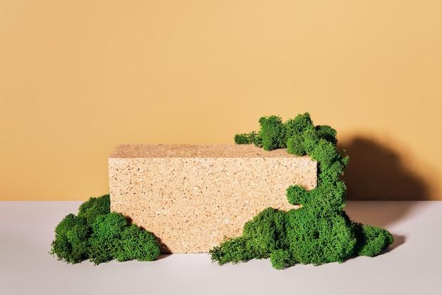 Mockup podium gemaakt van baksteen en mos voor producten en accessoires. vooraanzicht, biofiel ontwerp.