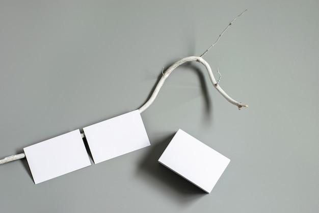 Mockup-sjabloon voor visitekaartjes, geïsoleerd op een grijze achtergrond met decoratief element. mogelijkheid om uw bedrijfsadres of andere informatie weer te geven.