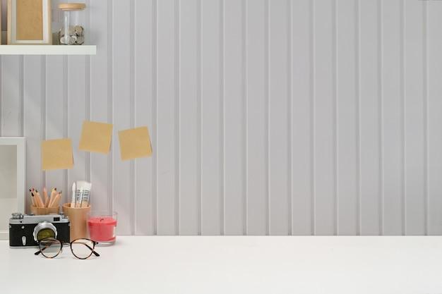 Mockup stijlvolle minimale werkplek en kopie ruimte