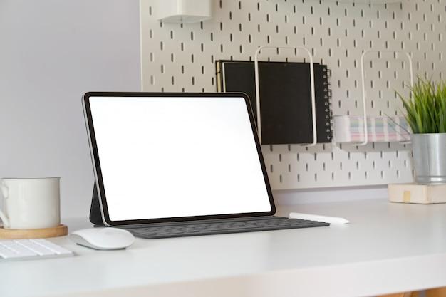 Mockup-tablet met slim toetsenbord op minimale werkruimtetafel.