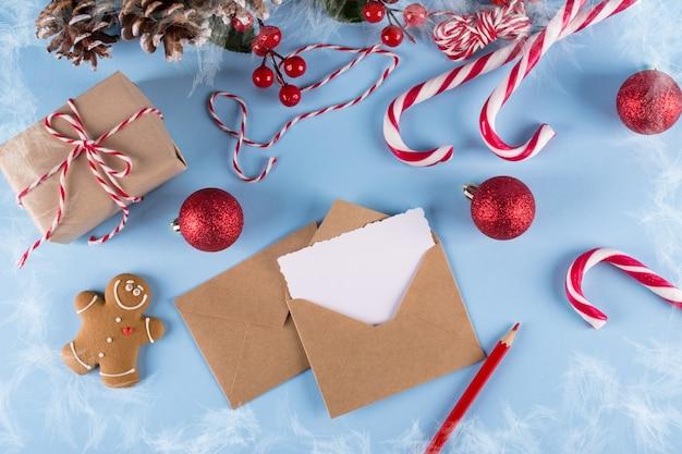 Mockup van de brief of envelop op een blauwe achtergrond. concept van gefeliciteerd plaats voor uw tekst. plat leggen.