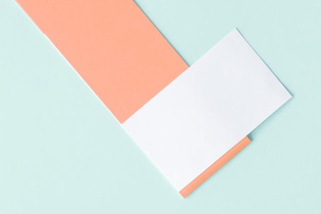 Mockup van een wit papier kaart op pastel achtergrond, creatief ontwerp voor pastel behang.