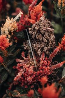 Mockup van flessen met parfum op de herfst seizoensgebonden exotische live bloem parfumerie en aromatherapie