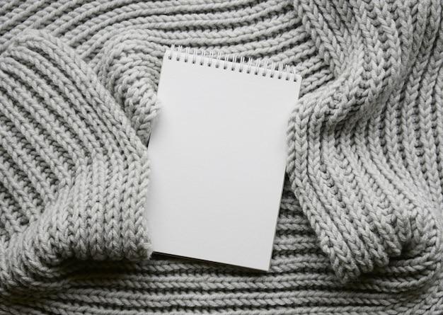Mockup van kaarten op witte getextureerde aquarel papier