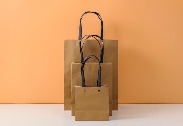 Mockup van lege ambachtelijke pakket of bruine papieren boodschappentas met handvatten