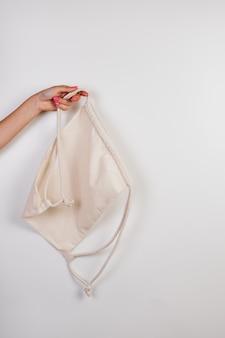Mockup van rugzak met trekkoord gemaakt van gerecyclede materialen lege doek jute voor sportverpakkingsmo...