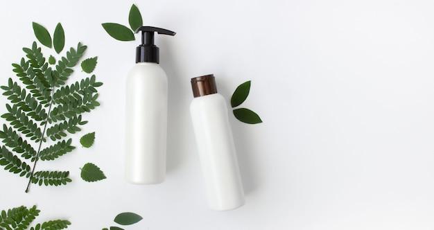 Mockup van witte lege cosmetische flessen op witte achtergrondkopie ruimte bovenaanzicht
