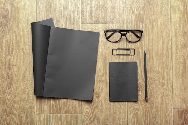 Mockup van zwart papier op houten tafel
