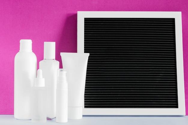 Mockup voor schoonheidscosmetische producten. bespreek huidverzorgingsproduct. zwart frame bord. crème lotion spray