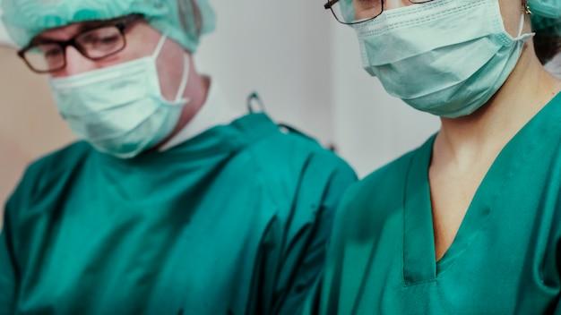 Mockup voor sjabloon voor spandoek van coronavirus medisch personeel