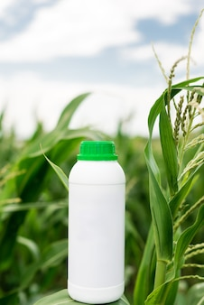 Mockup witte fles. kopieer de ruimte voor herbicide, fungicide of insecticide.