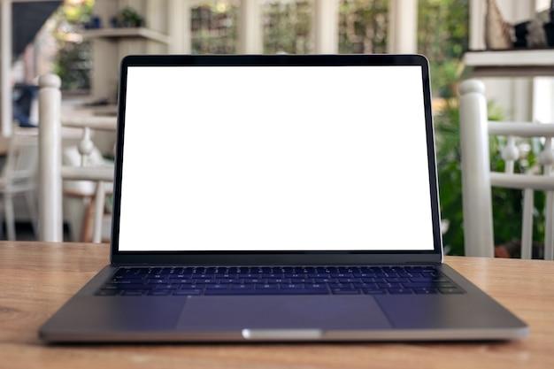 Mockupafbeelding van laptop met leeg wit bureaublad op houten tafel
