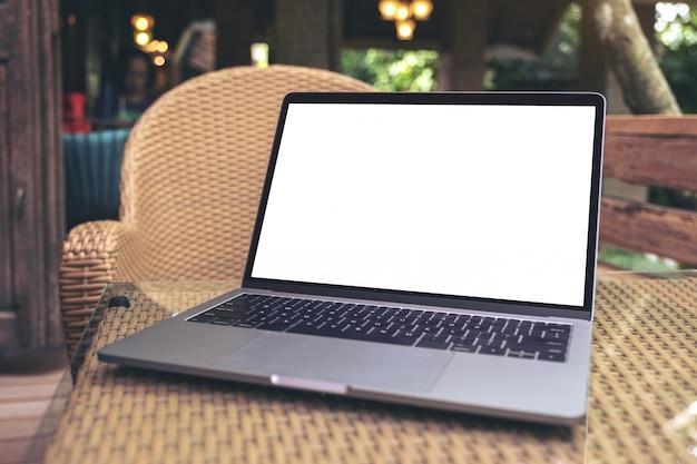 Mockupafbeelding van laptop met leeg wit bureaubladscherm