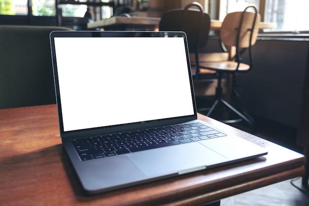 Mockupbeeld van laptop met het lege witte desktopscherm op houten lijst