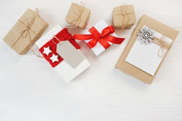 Mockupkerstmis met decoraties en geschenkdozen op houten bord