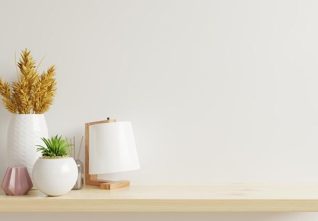 Mockupmuur met sierplanten en decoratie-item op houten plank