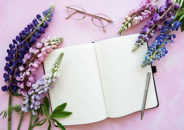 Mockupnotitieboekje met lupinebloemen