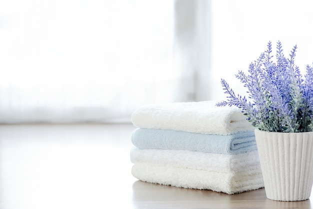 Mockupstapel handdoeken en kamerplant op witte lijst met exemplaarruimte.