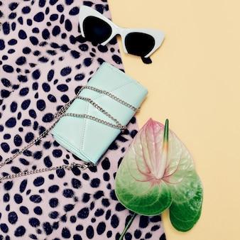 Mode accessoires dames. stijlvolle zonnebril en clutch. pastelkleurtrend