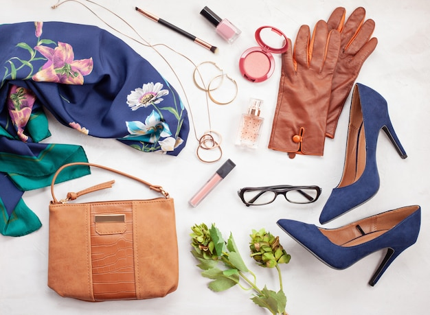 Mode-accessoires en blauwe hoge hakken schoenen voor meisjes en vrouwen. stedelijke modetrends
