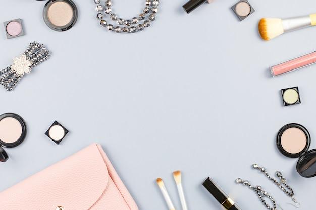 Mode-accessoires, make-up producten, sieraden en handtas op pastel achtergrond. schoonheid en mode concept, plat lag