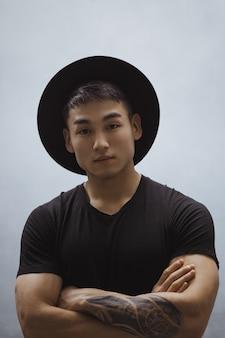 Mode aziatische man portret in zwarte kleding