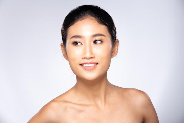 Mode aziatische vrouw tan huid zwart haar ogen