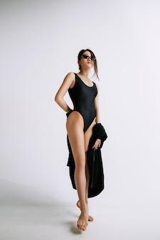 Mode ballet. jonge vrouwelijke balletdanser in zwarte romper. aziatische ballerina als een mannequin. stijl, eigentijds choreografieconcept.