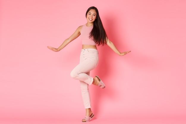 Mode, beauty en lifestyle concept. het dwaze en glamour mooie aziatische meisje stellen