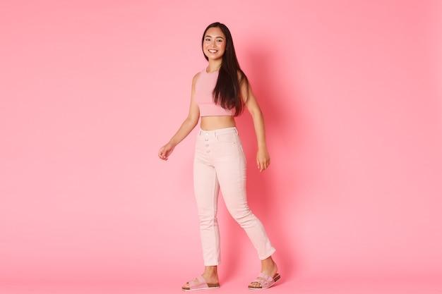 Mode, beauty en lifestyle concept. mooie aziatische meisjesreiziger, die van vakantie geniet