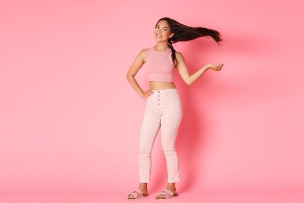 Mode, beauty en lifestyle concept. volledig lengteportret van sassy schitterende aziatische brunette in glamouroutfit