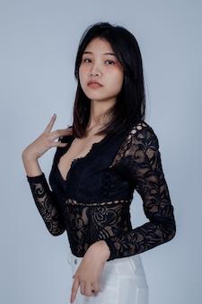 Mode. beautyful jonge vrouw op grijs