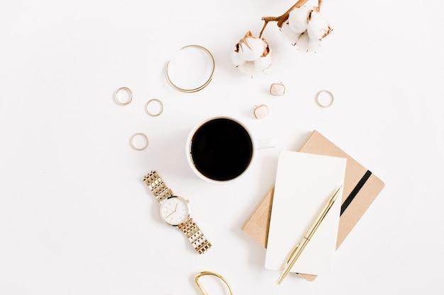 Mode blog gouden stijl bureau met vrouw accessoire collectie: gouden horloges, schaar, koffiekopje, notitieboekje en katoenen tak op wit